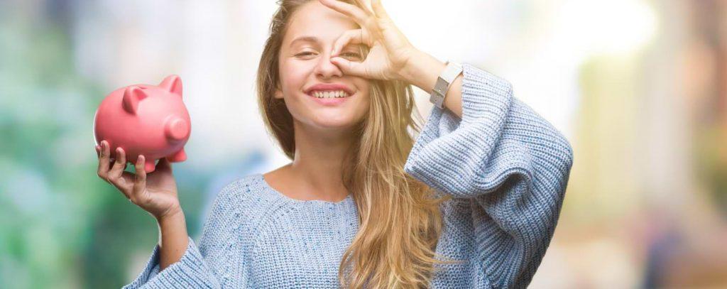 Glad kvinna med spargris